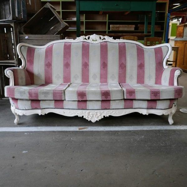 roze met witte barok bank