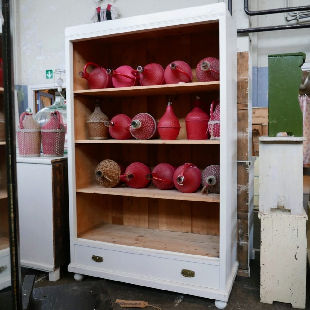 Open houten kast met lade