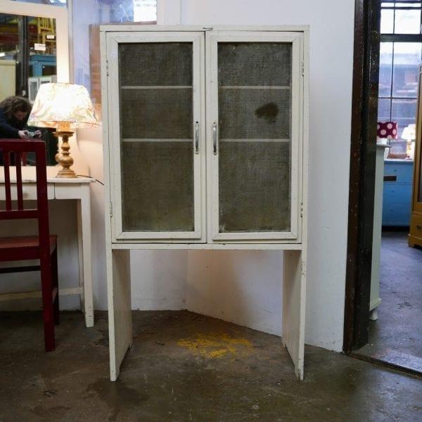 Wit houten vliegenkastje