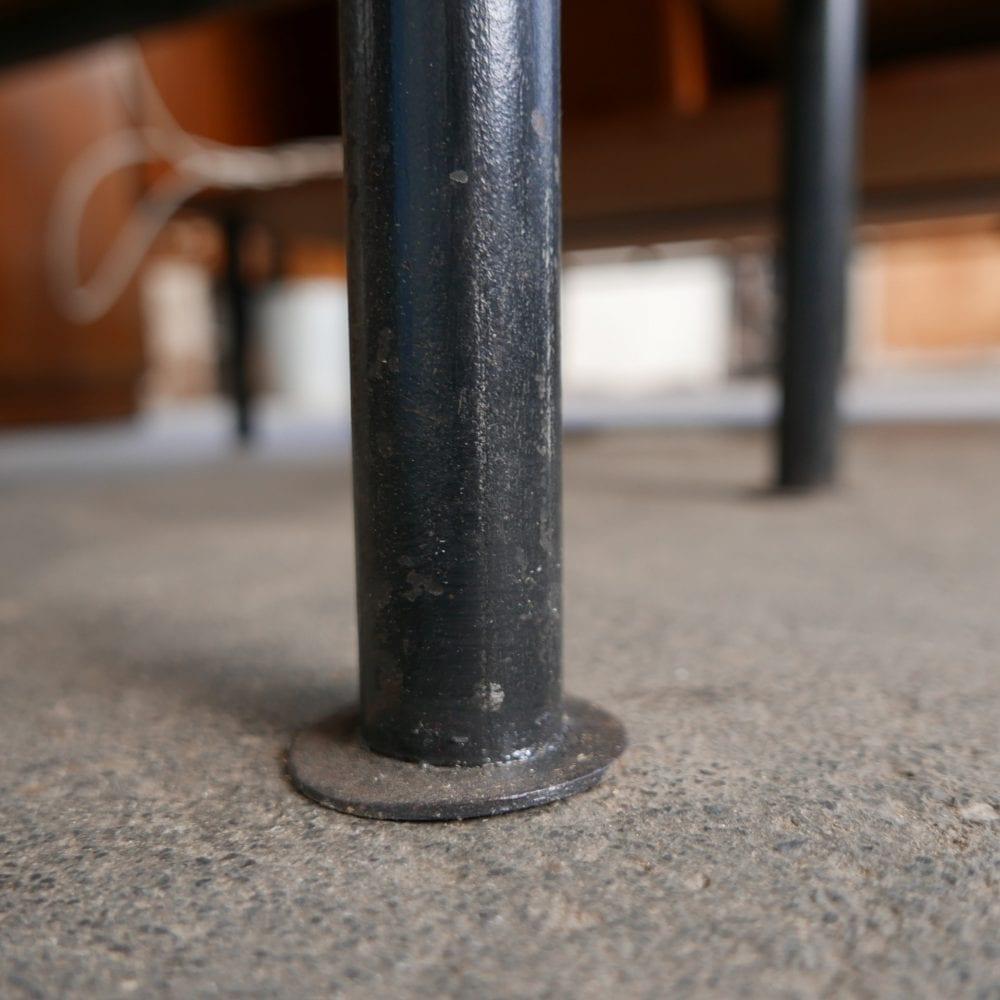 Houten dressoir op metalen poten