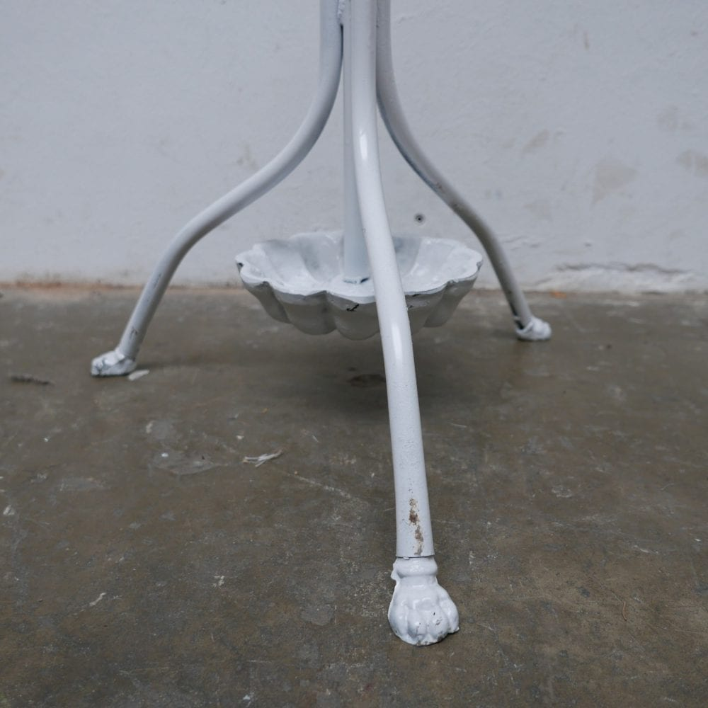 witte metalen kapstok
