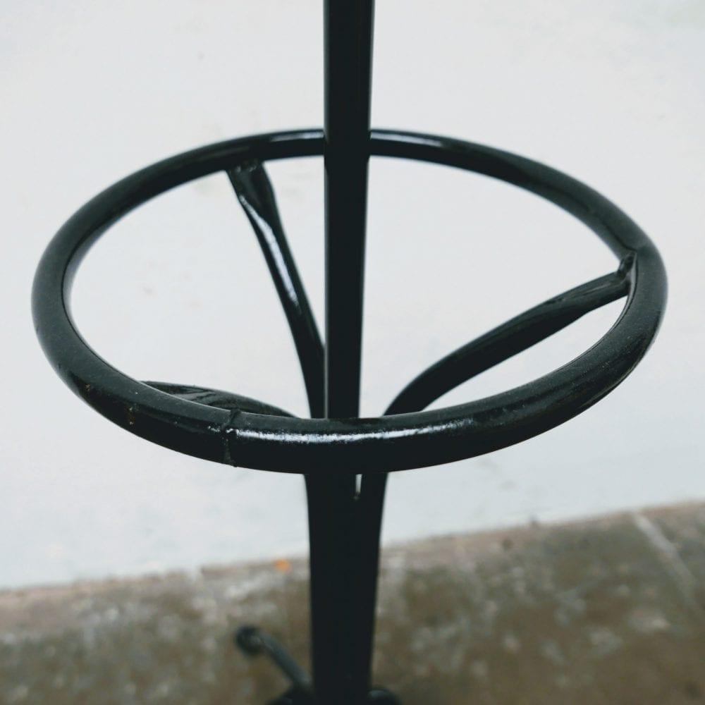 zwarte metalen kapstok