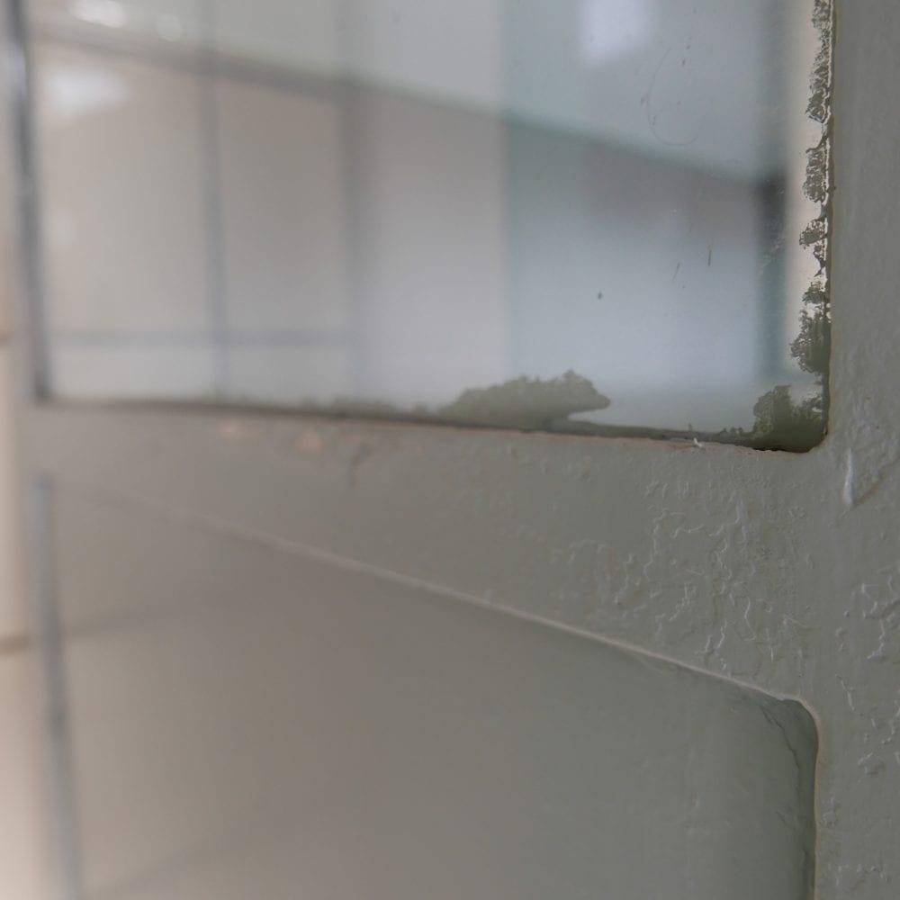 grijze metalen dokterskast