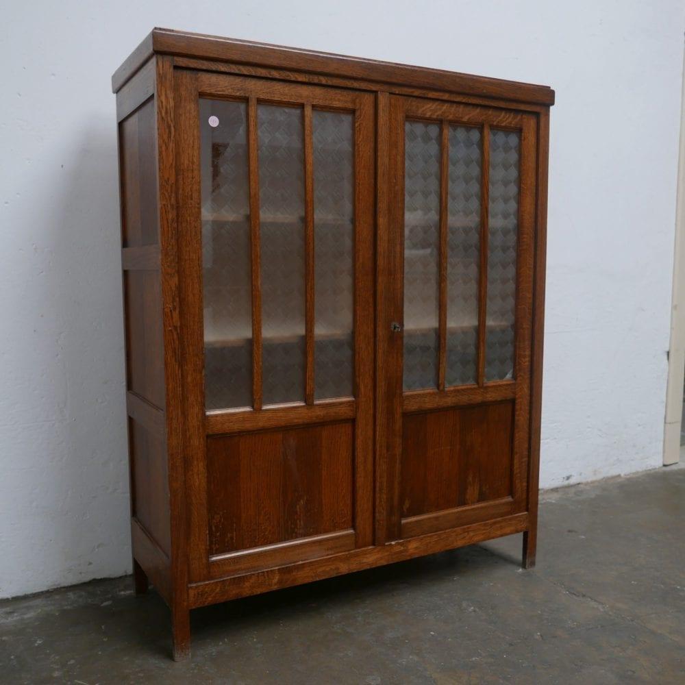 Bruine vitrinekast