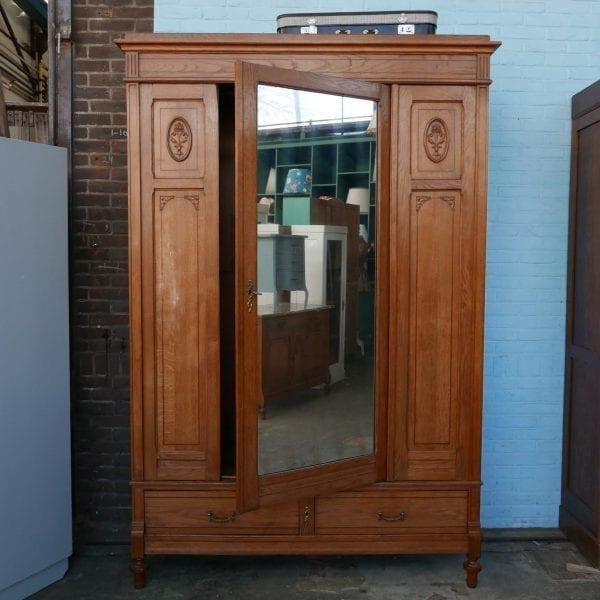 antieke houten linnenkast met spiegel