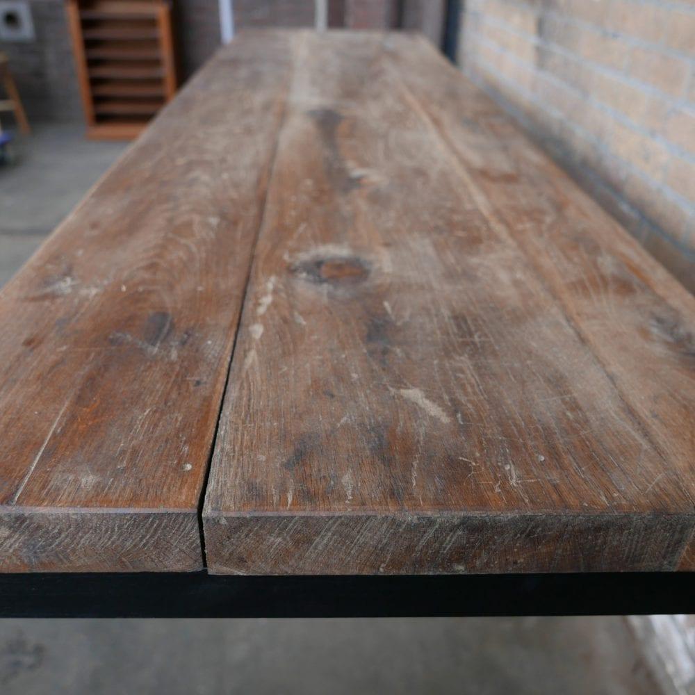 Industriële tafel met dik houten blad