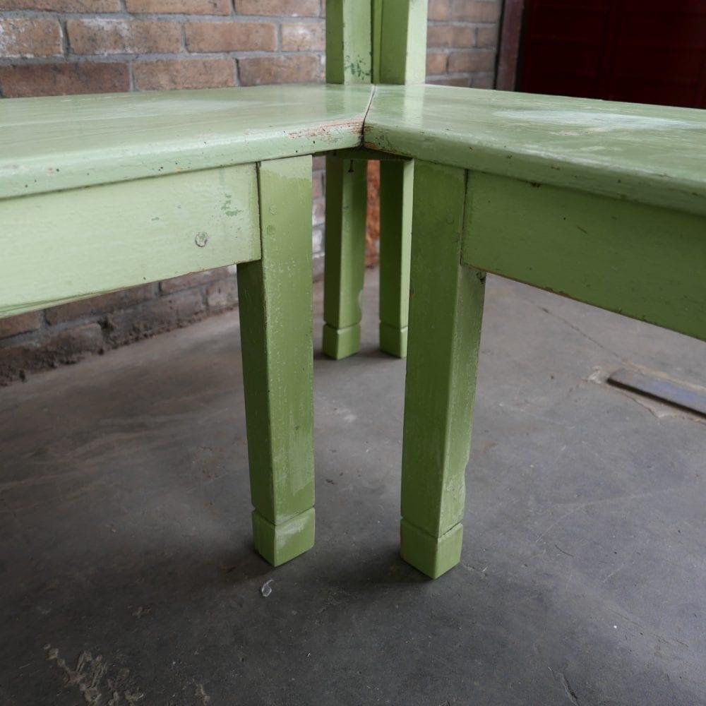 groene houten hoekbank