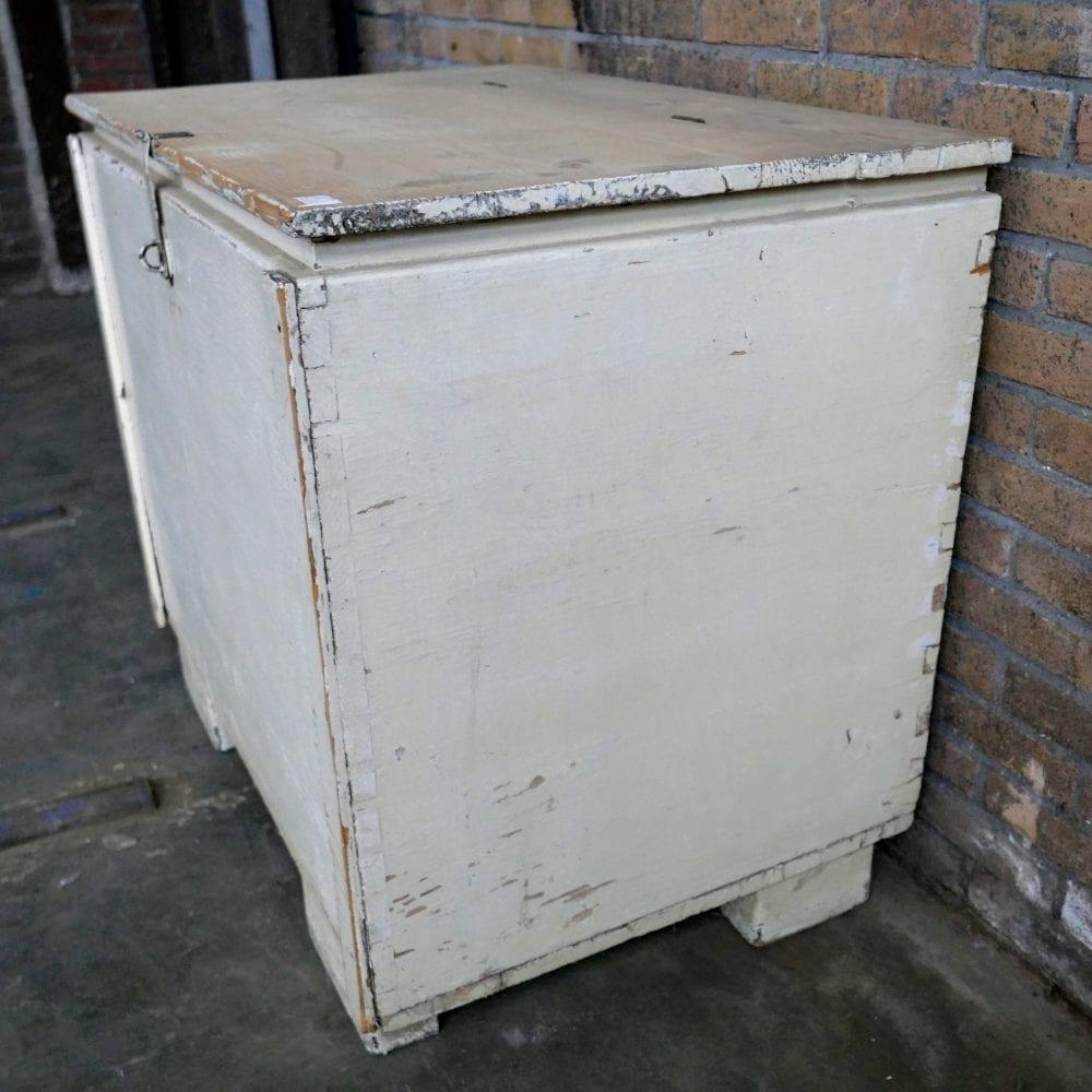 witte houten kist