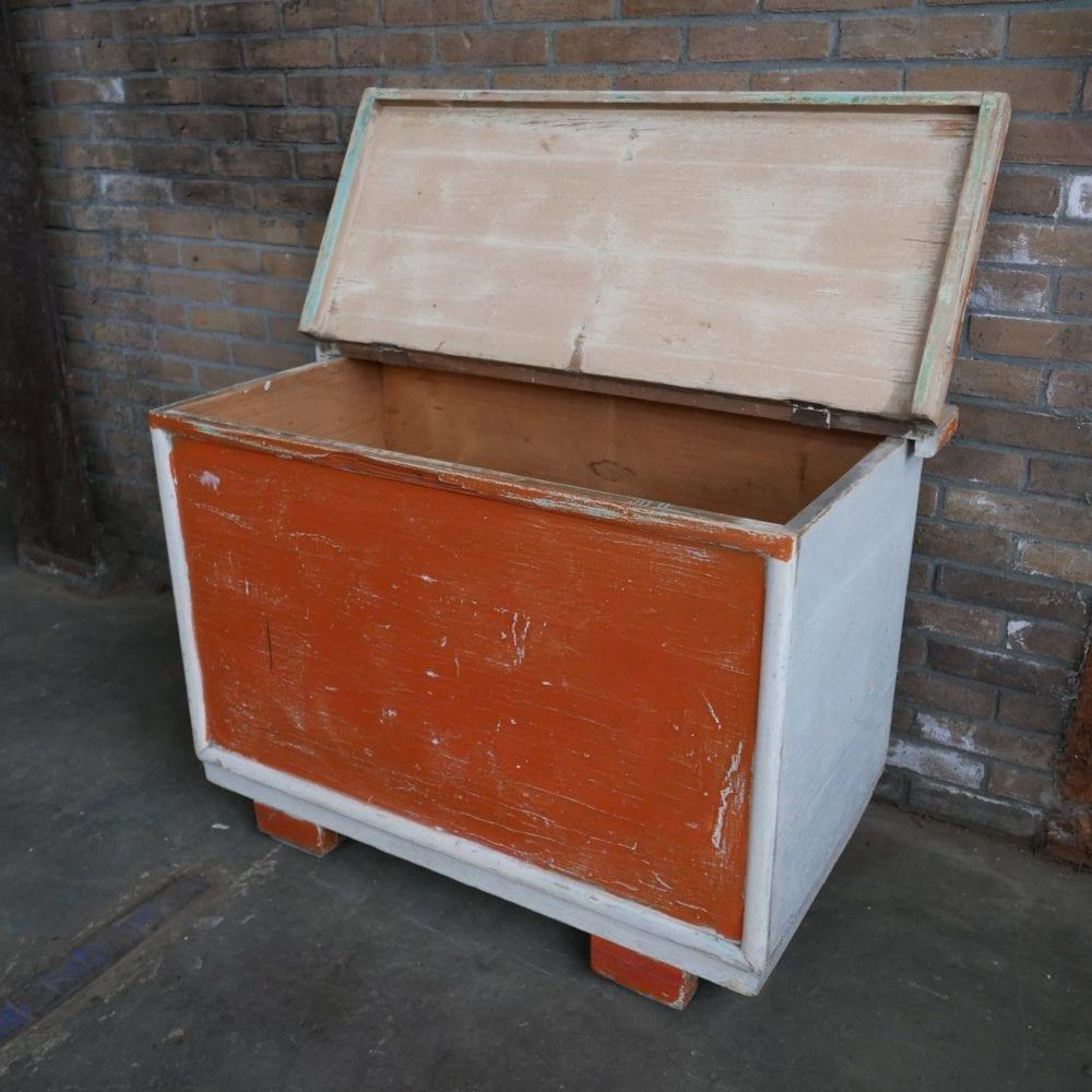 oranje houten kist
