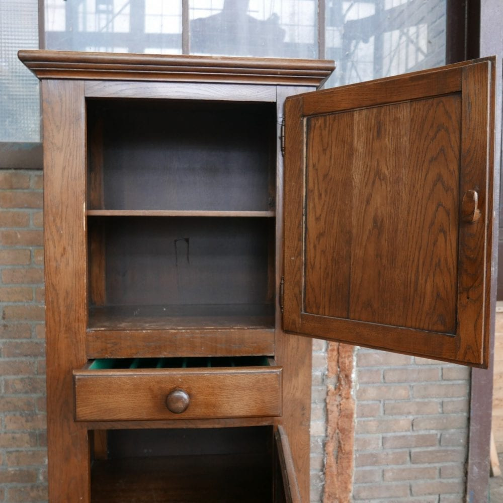 oude bruine keukenkast