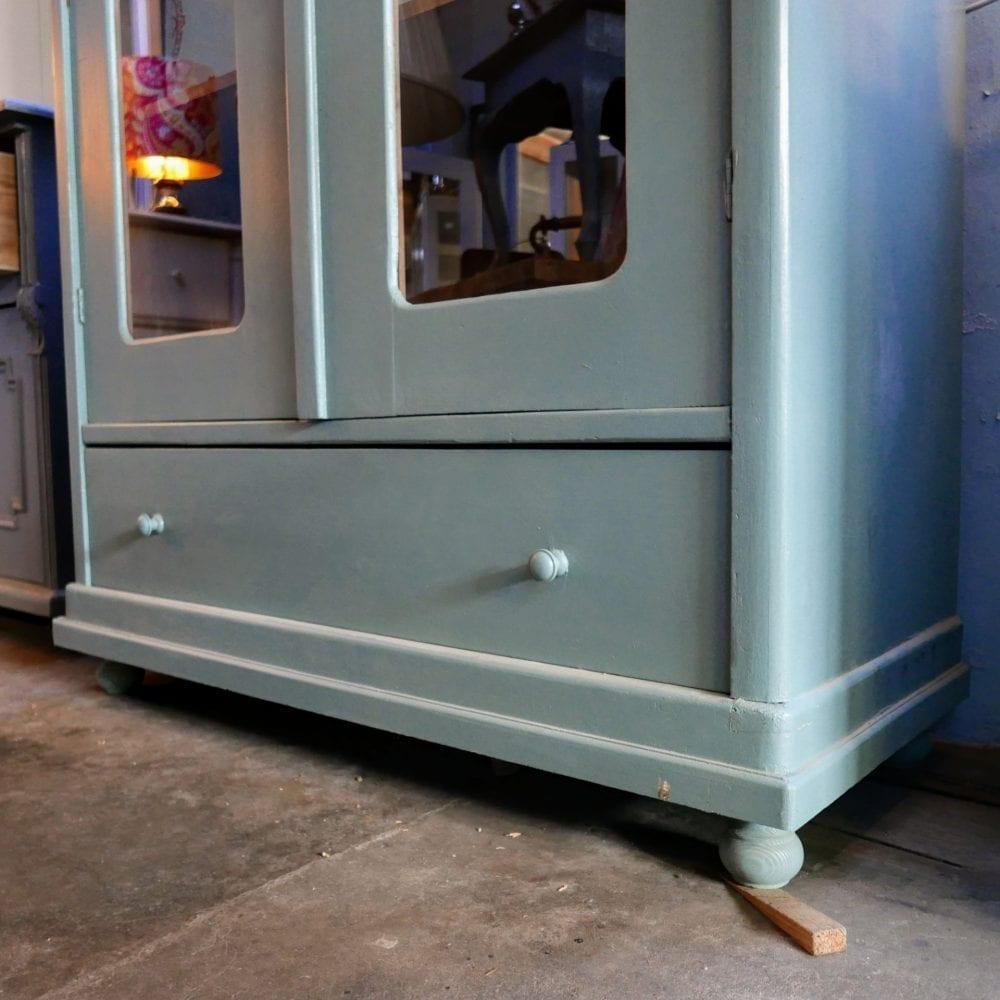 Blauwe houten vitrinekast