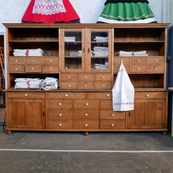 blanken houten apothekerskast of winkelkast