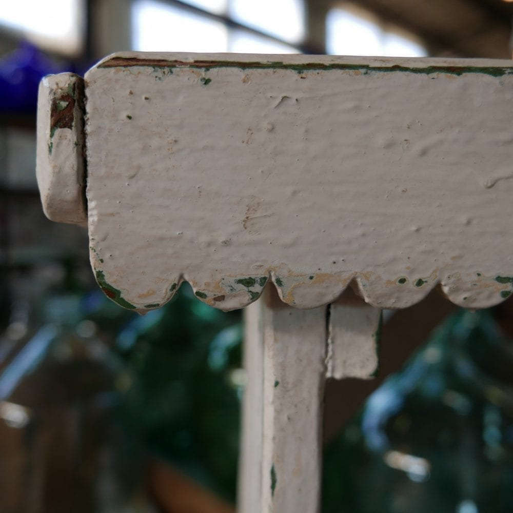 Wit houten wasbankje