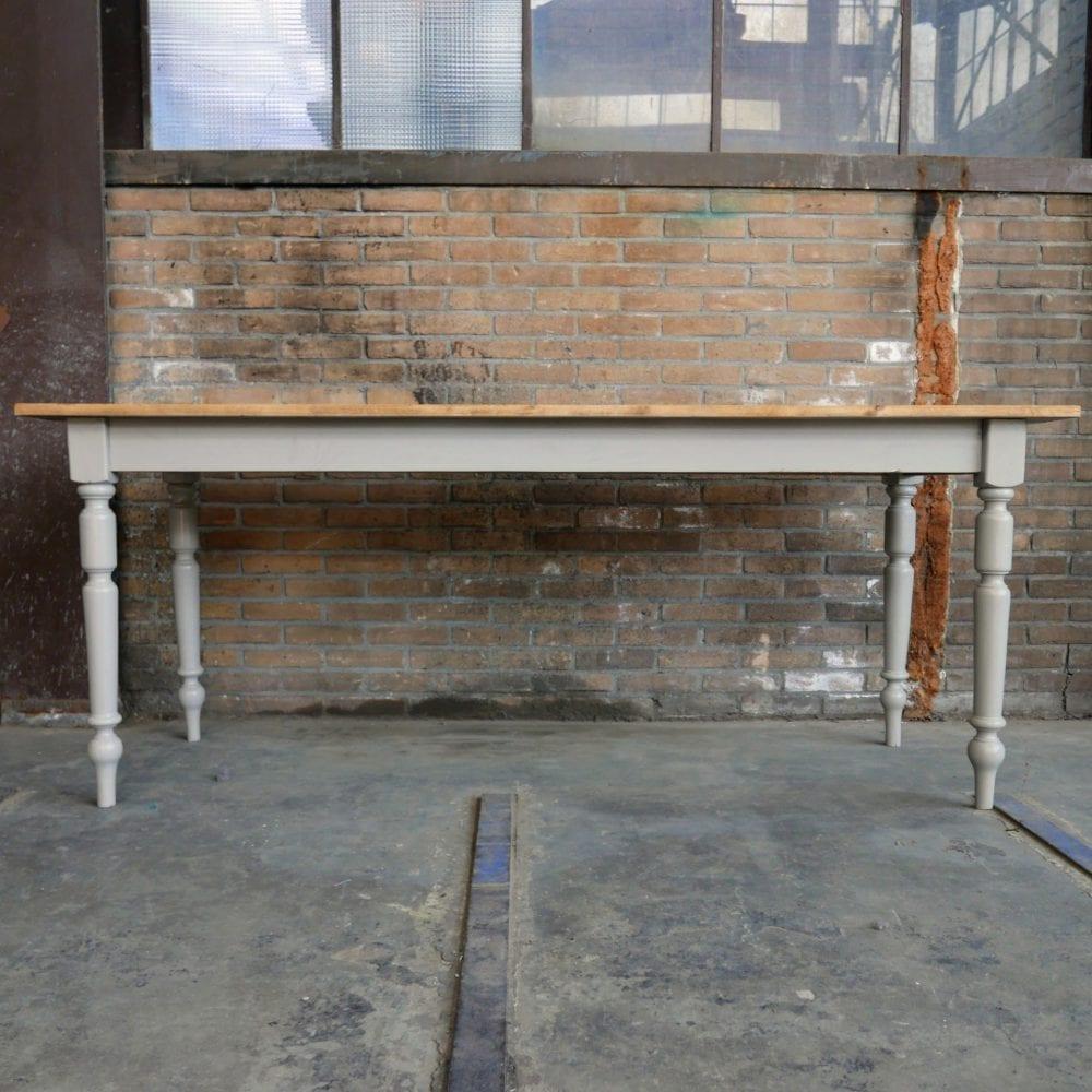 Grijze houten eettafel