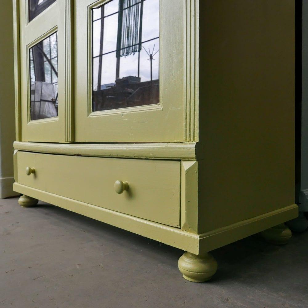 Gele vitrinekast