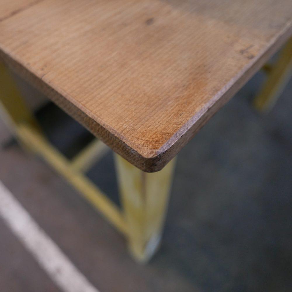 gele tafel met lade