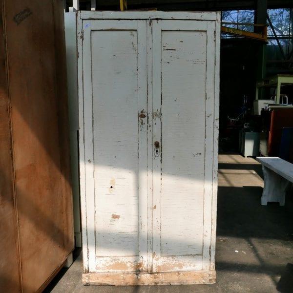 Witte houten schoolkast