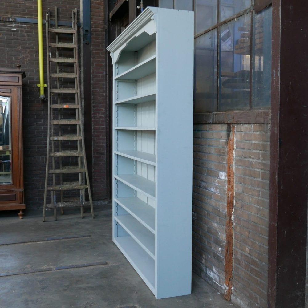 Lichtblauwe boekenkast