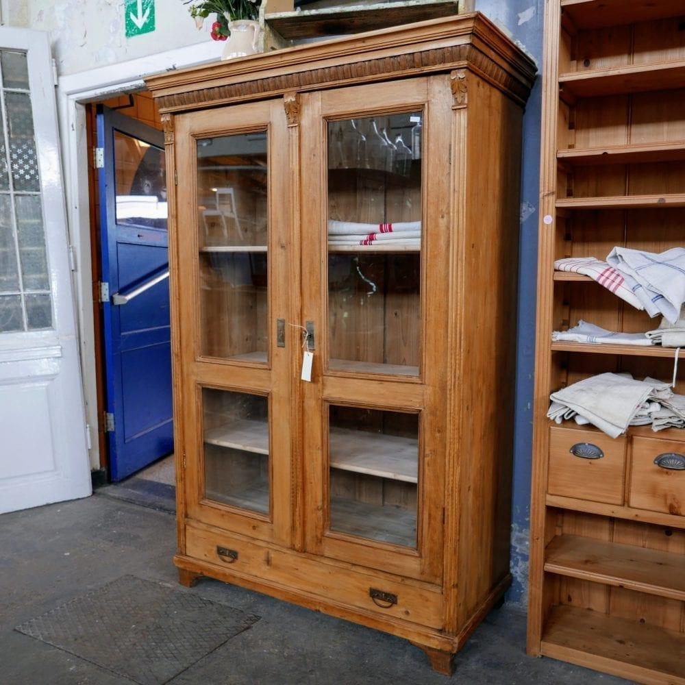 Onbewerkt houten brocante vitrinekast