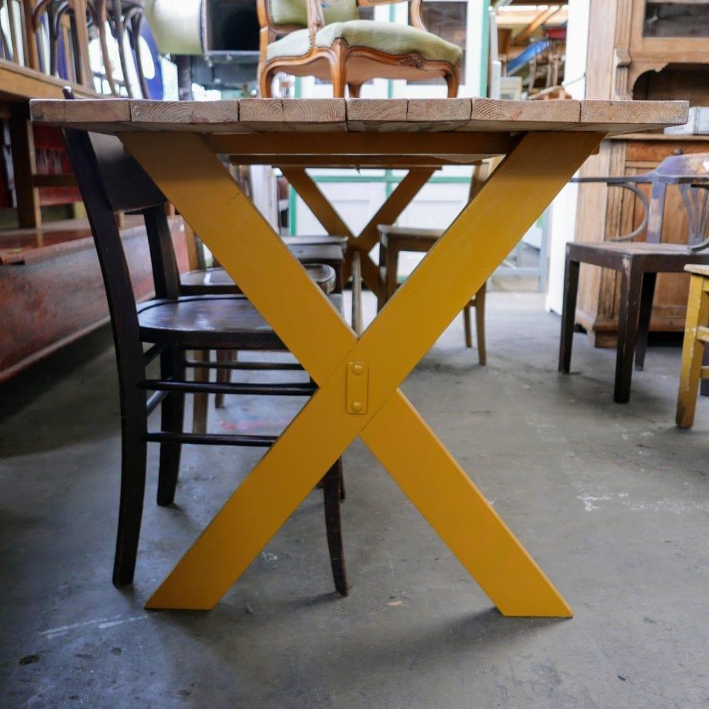 Gele kruispoot tafel