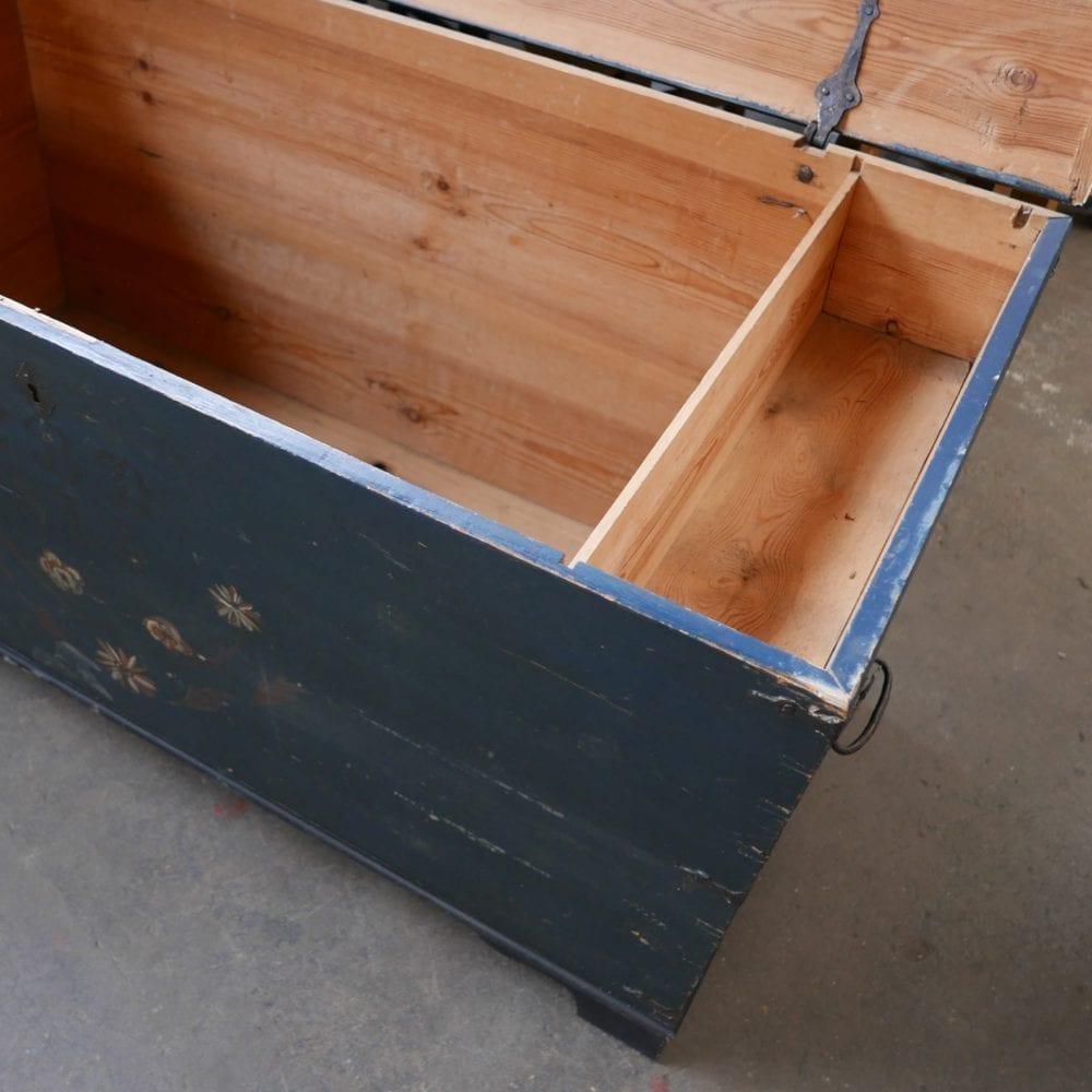 Blauwe houten kist