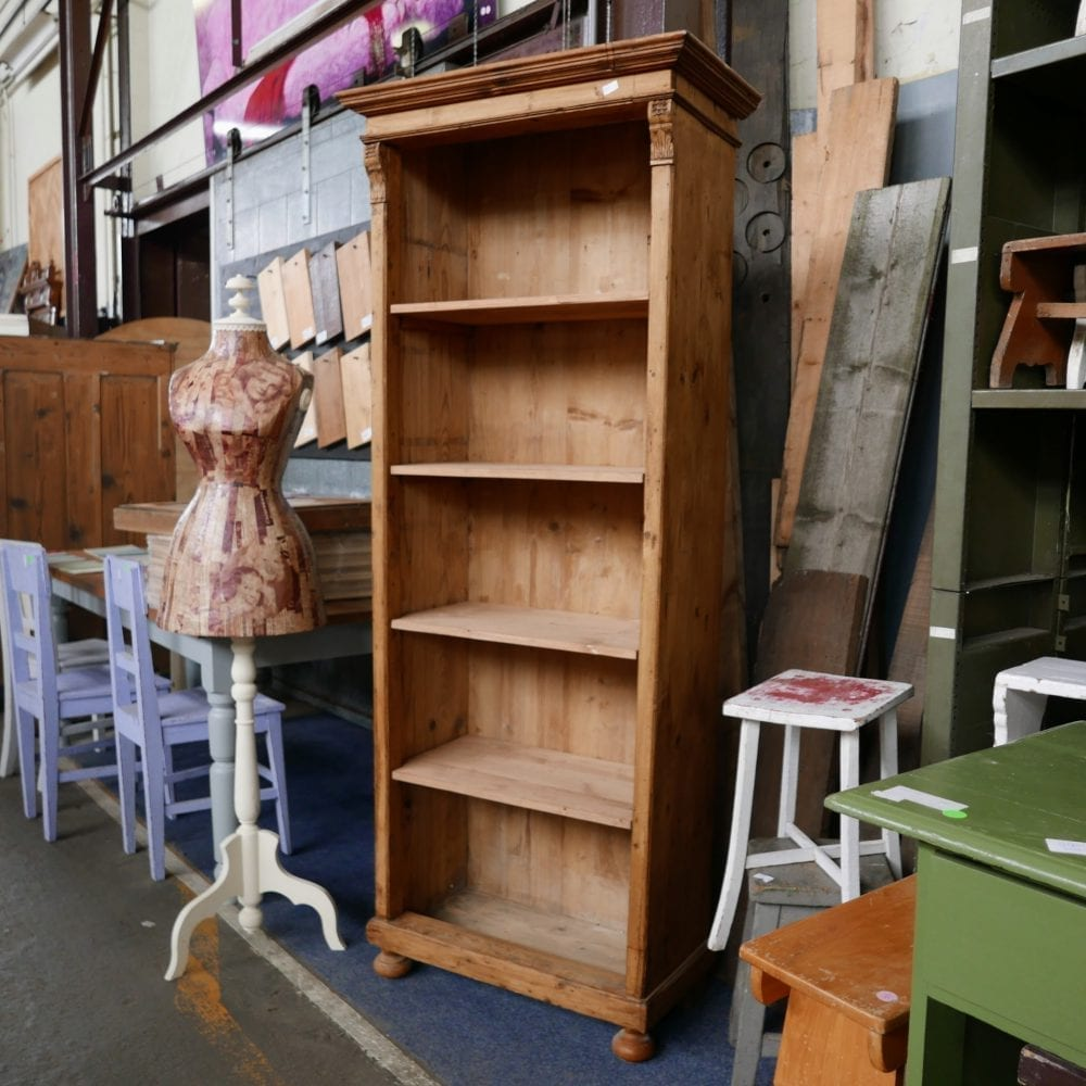 Open houten boekenkast
