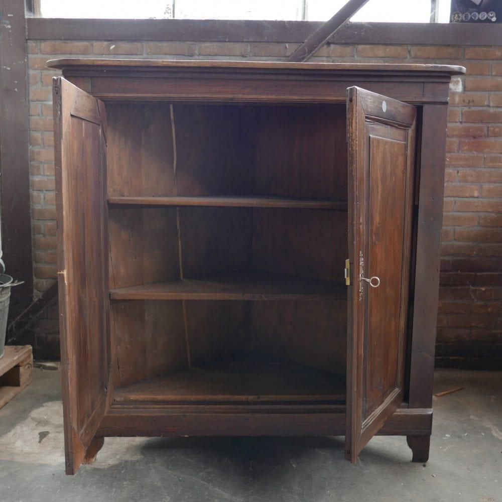 Bruine houten hoekkast