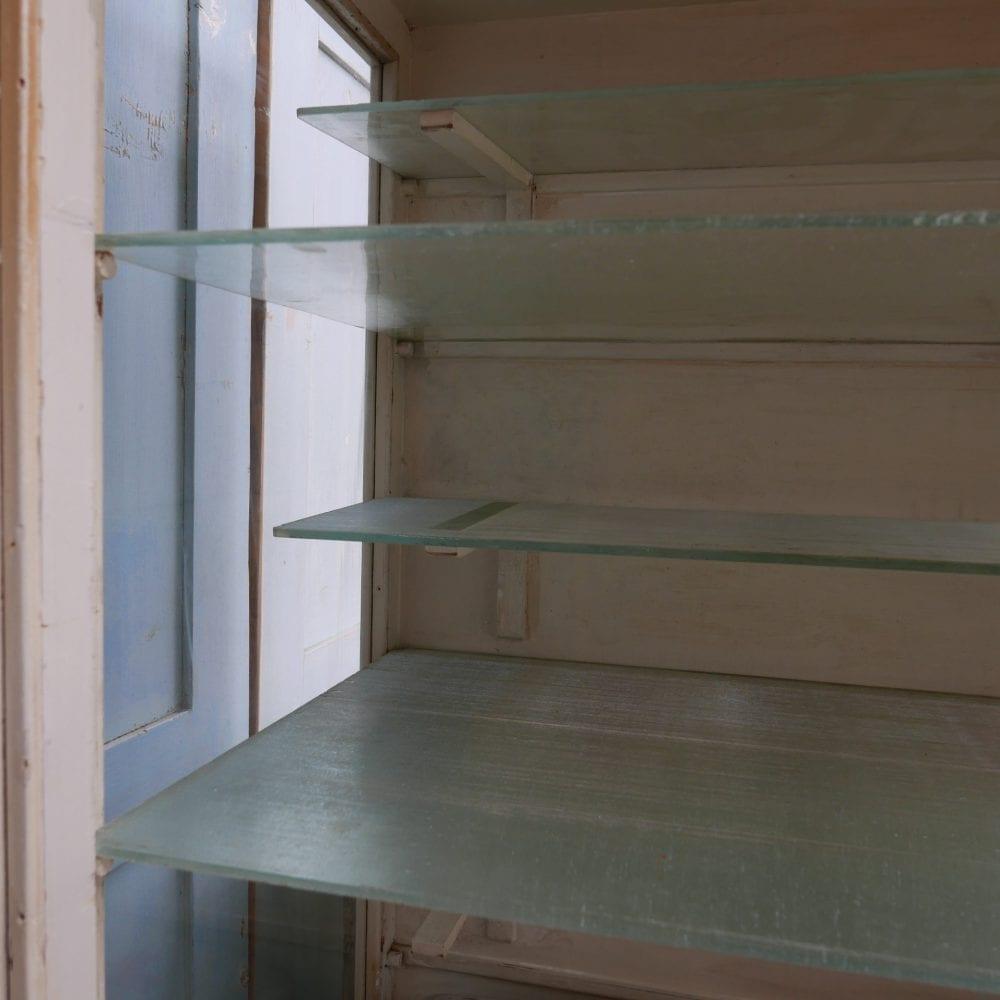 Wit houten dokterskast