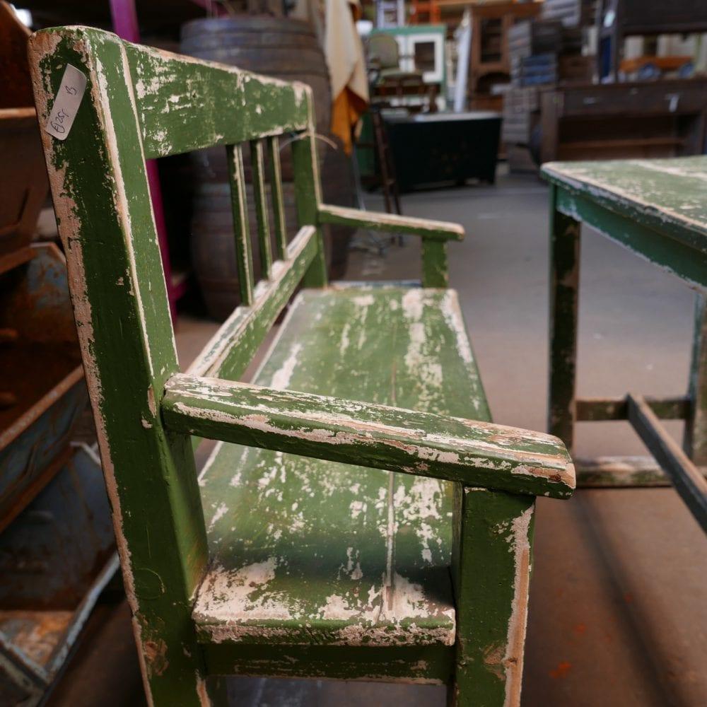 Groen houten schoolbankje