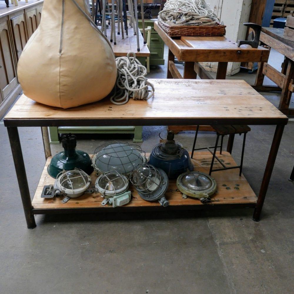 Industriële metalen tafel met onderblad
