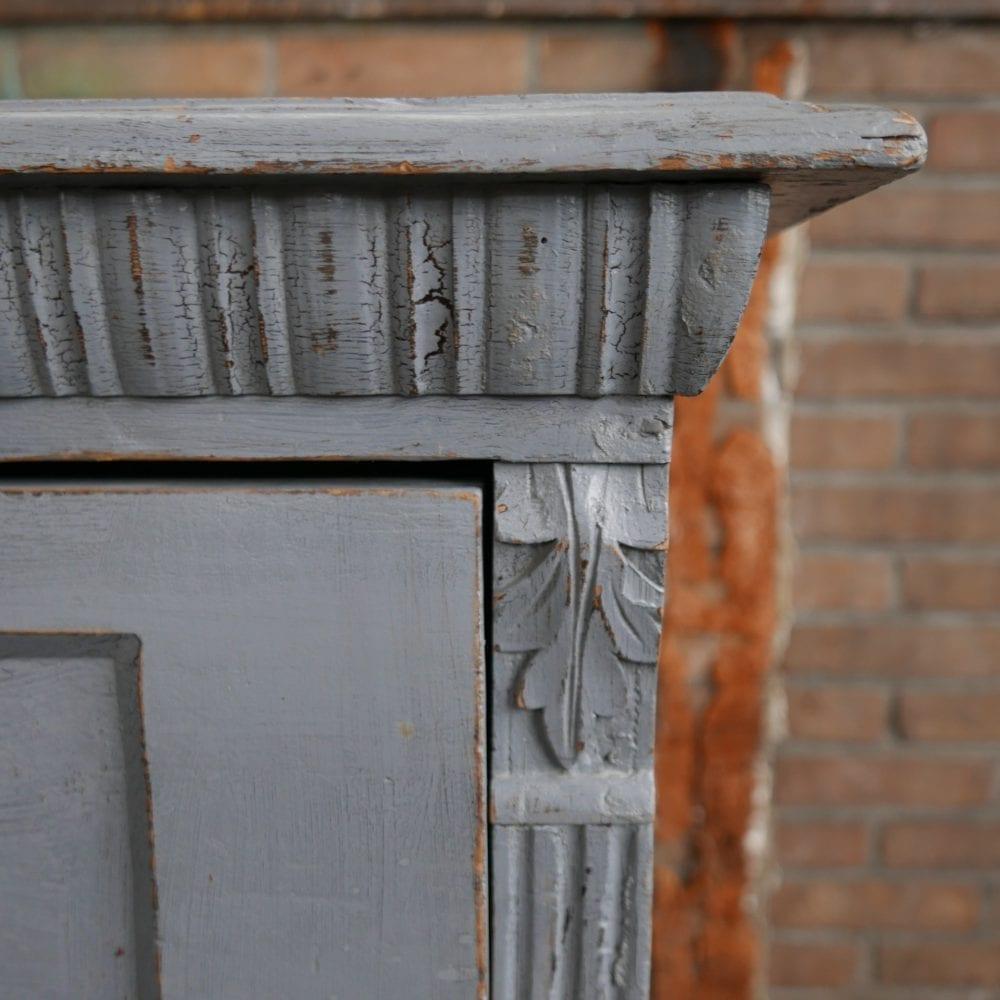 Grijze houten ladekast
