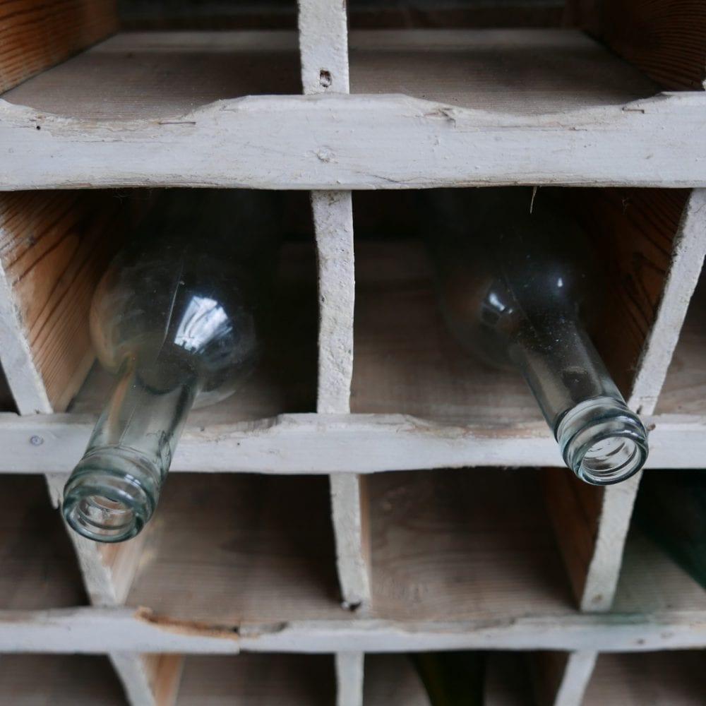 Witte houten flessenkast wijnrek