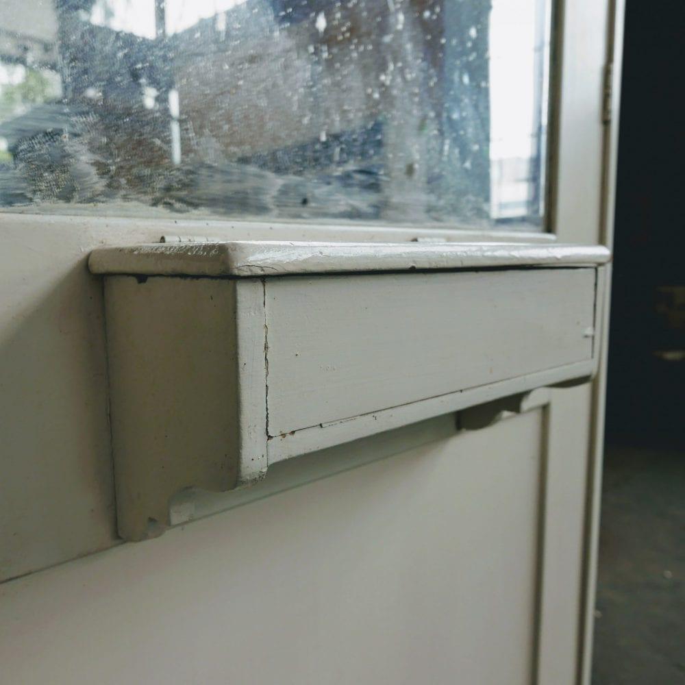 Witte linnenkast met spiegel