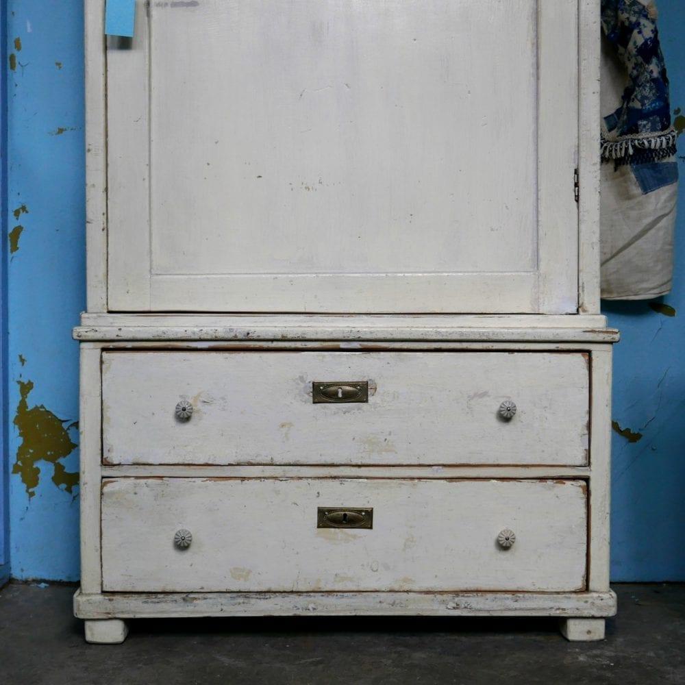 Witte linnenkast met spiegel en lades