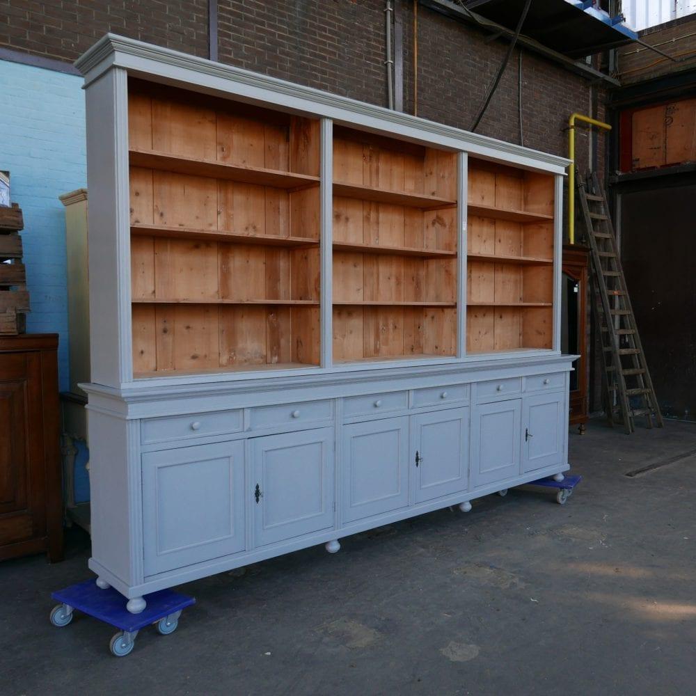 Grijze houten winkelkast