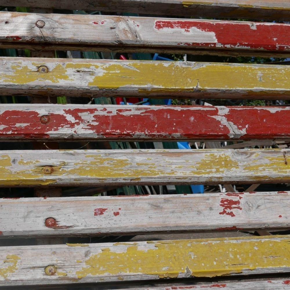 Rood-gele tuinbank met metalen frame