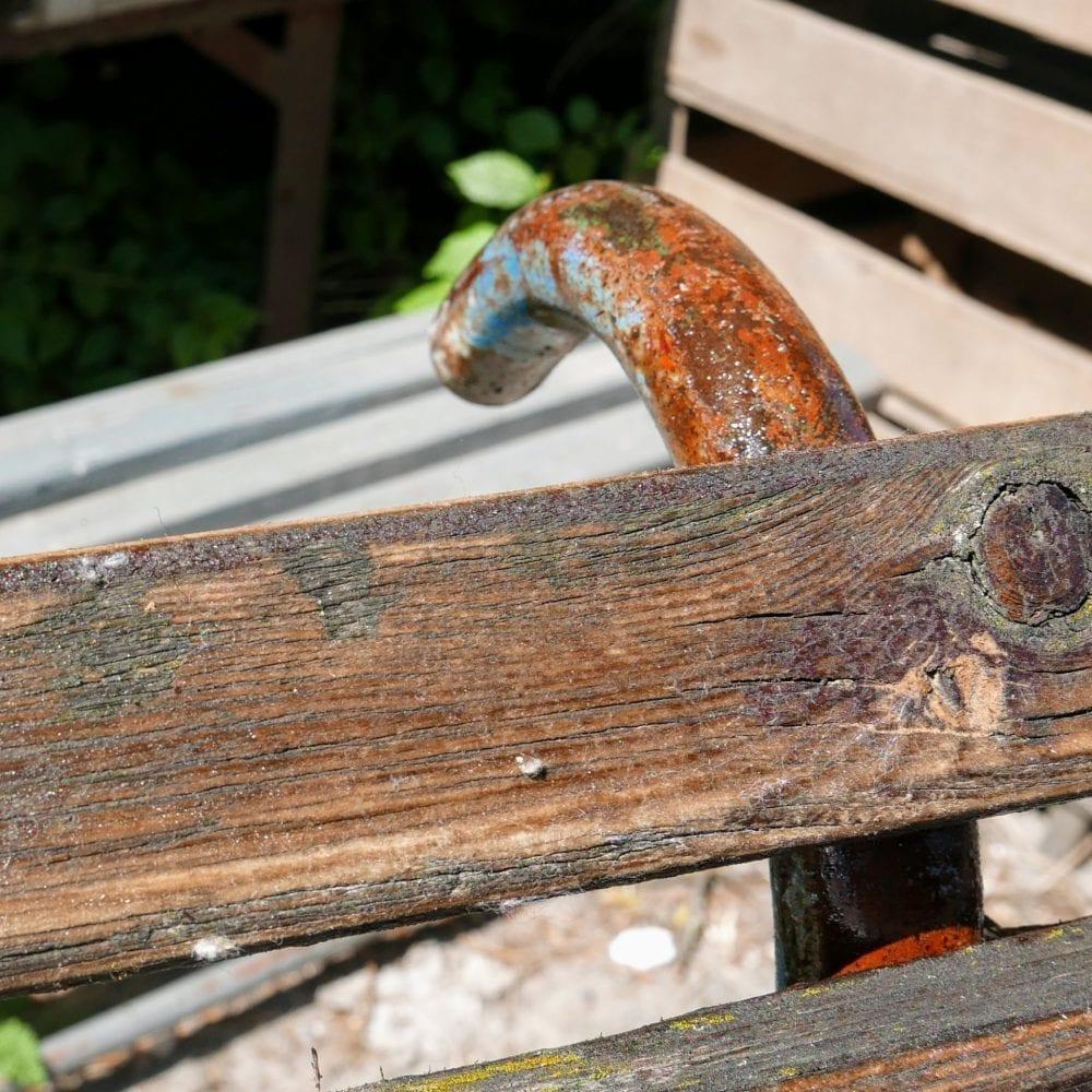 Houten latjes tuinbank met blauwe frame