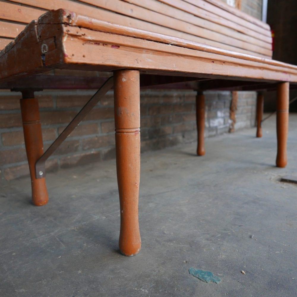 Oranje houten bank