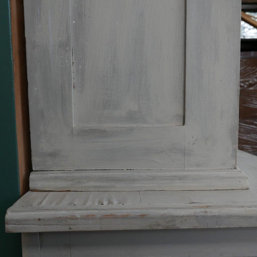 Witte houten winkelkast