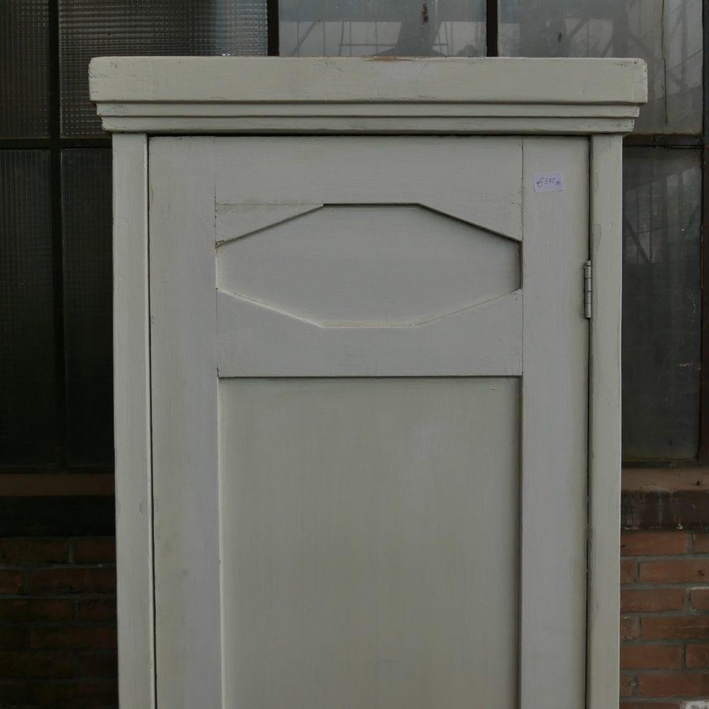 Witte hoge linnenkast