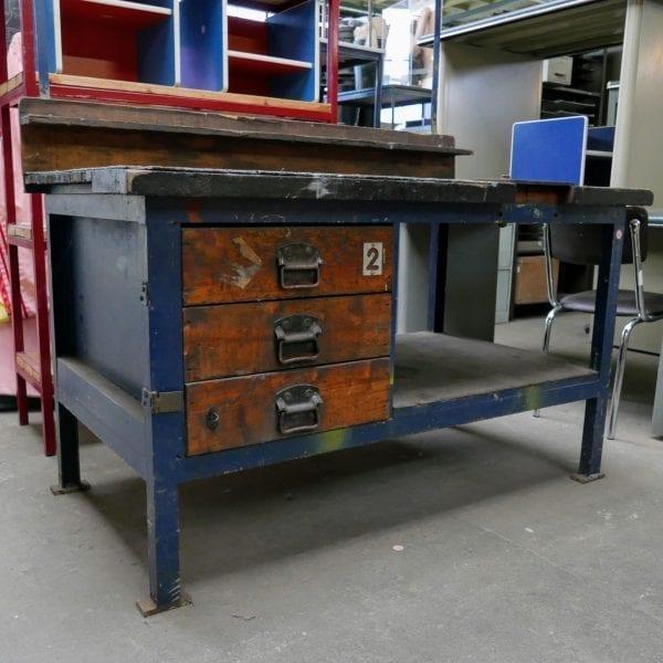 Blauwe houten werkbank