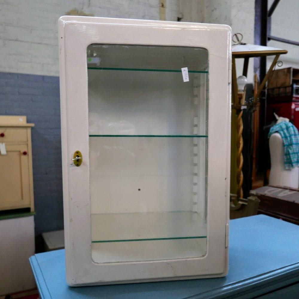 Wit houten vitrinekastje