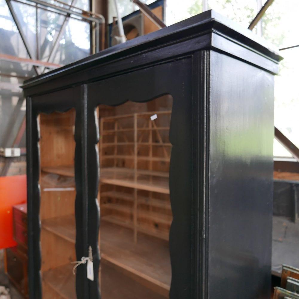 Houten zwarte vitrinekast