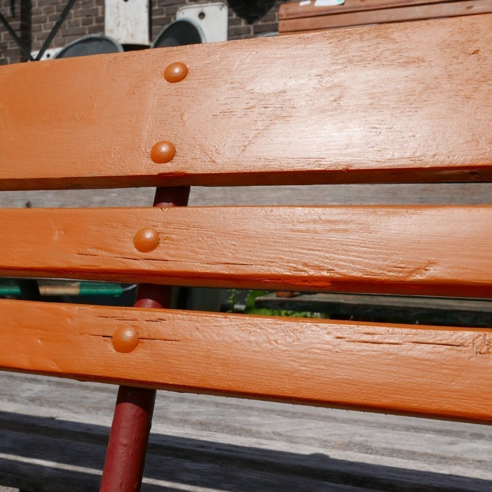 Oranje tuinbank met latjes