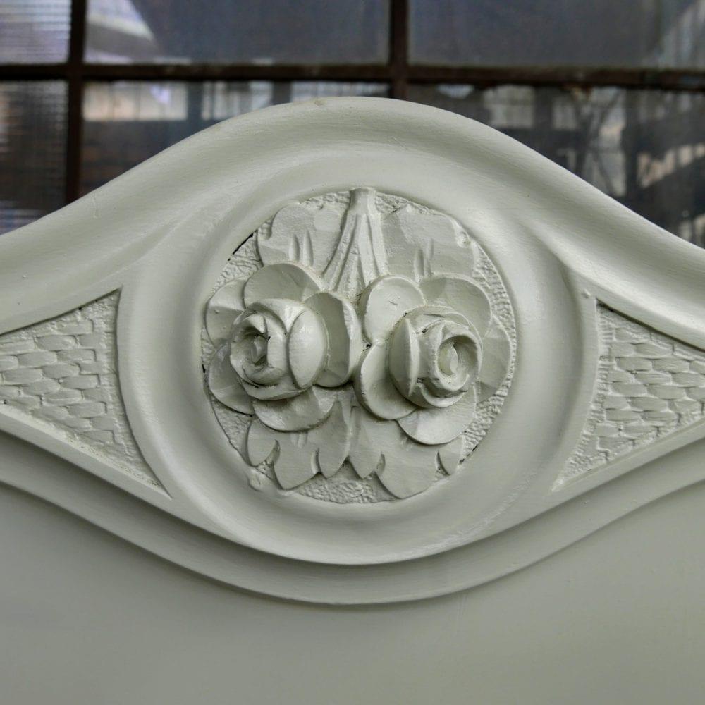 Witte brocante linnenkast