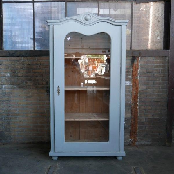 Grijze houten vitrinekast