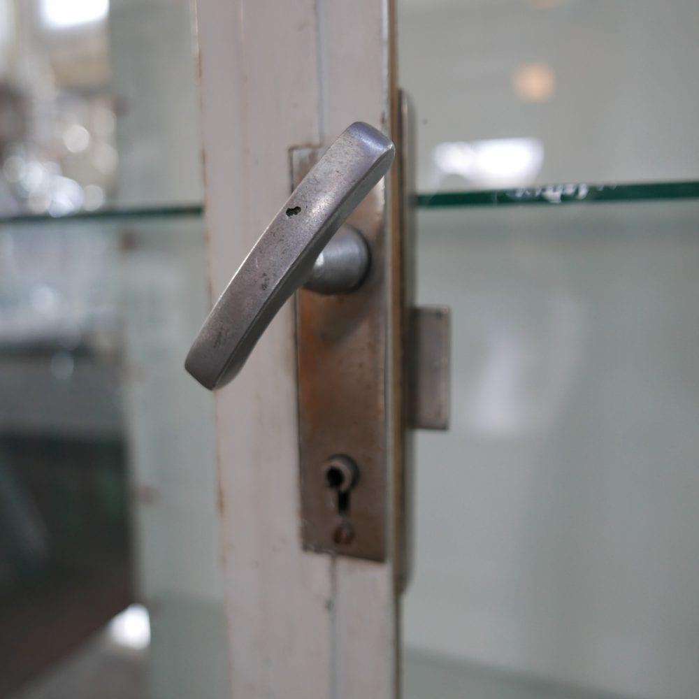 Metalen dokterskast vitrine