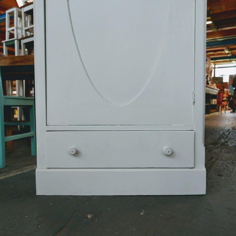 Brocante witte linnenkast