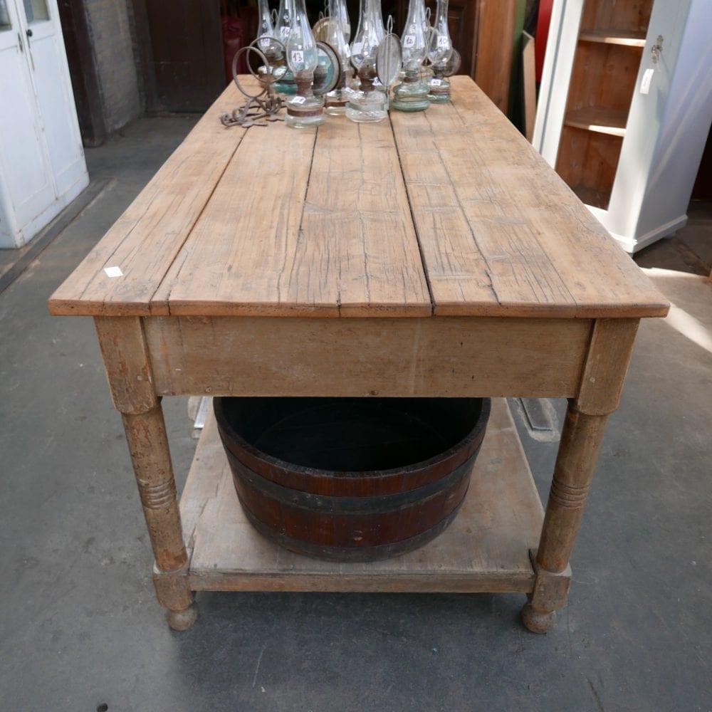 Houten bruine werktafel met onderblad