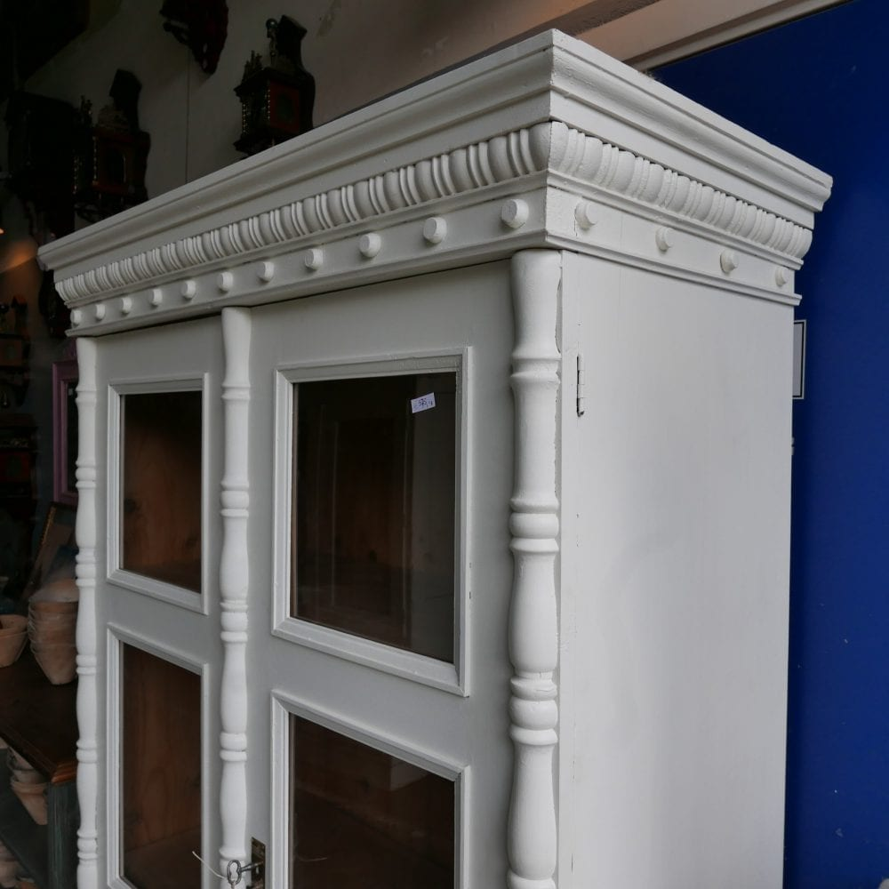 Witte houten vitrinekast
